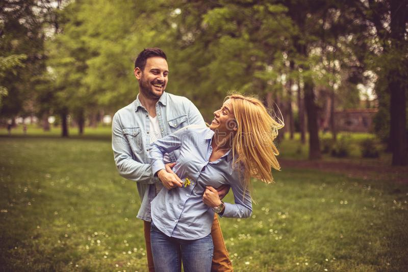 Couples sur le pré photos stock