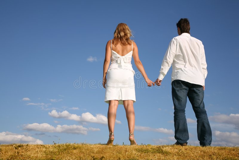Couples sur le pré du dos images stock