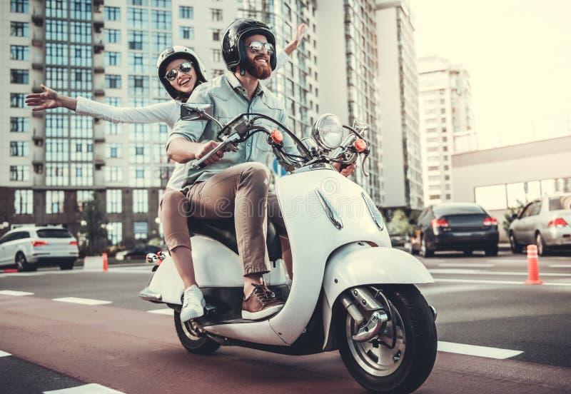 Couples sur le scooter photos libres de droits