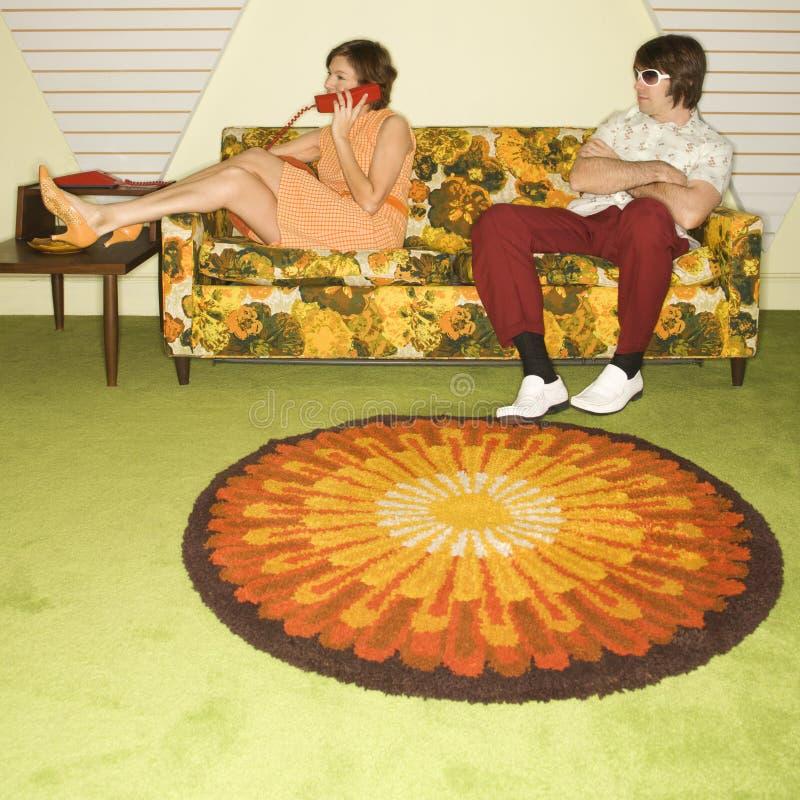 Couples sur le sofa. photo libre de droits