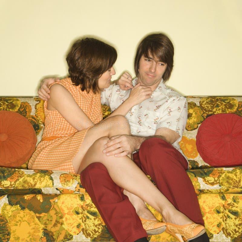 Couples sur le sofa. image libre de droits