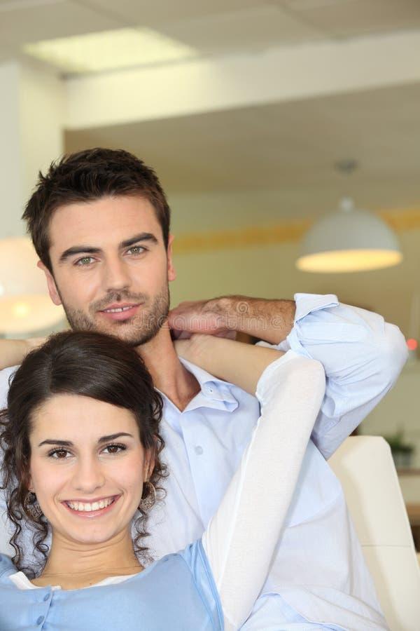 Couples sur le sofa photos libres de droits