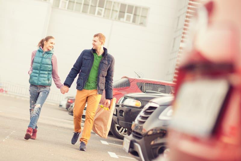 Couples sur le stationnement après l'achat image stock