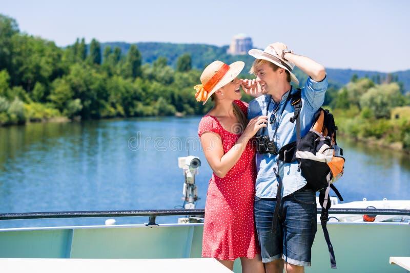 Couples sur les chapeaux de port du soleil de croisière de rivière en été photo libre de droits