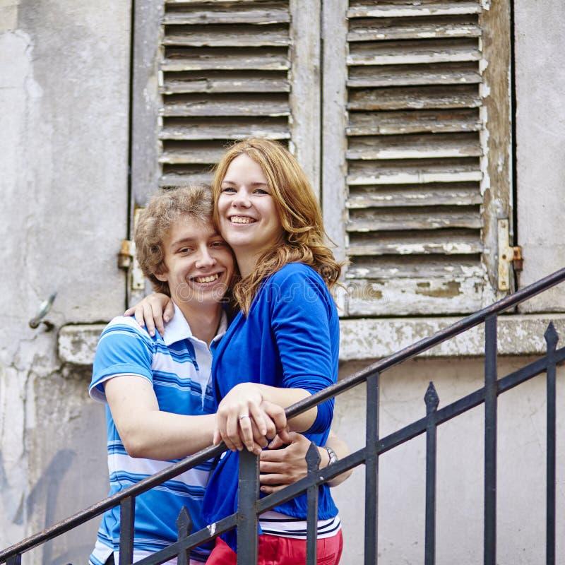 Couples sur Montmartre à Paris image stock