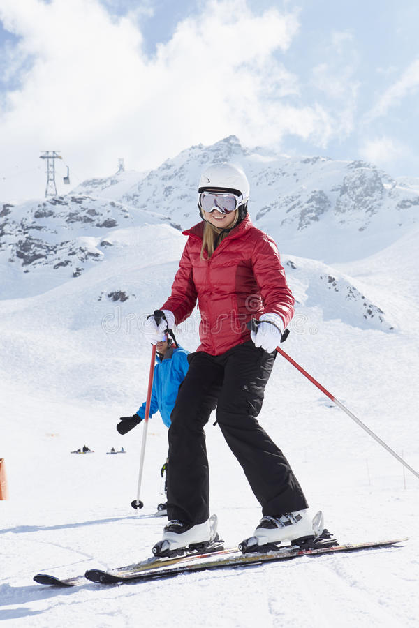 Couples sur Ski Holiday In Mountains photographie stock