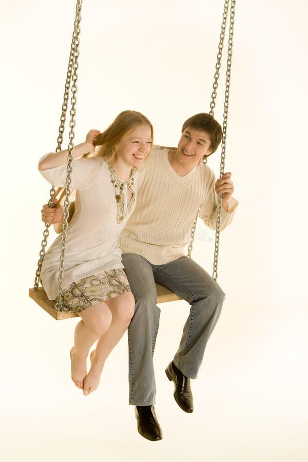 Couples sur une oscillation photographie stock
