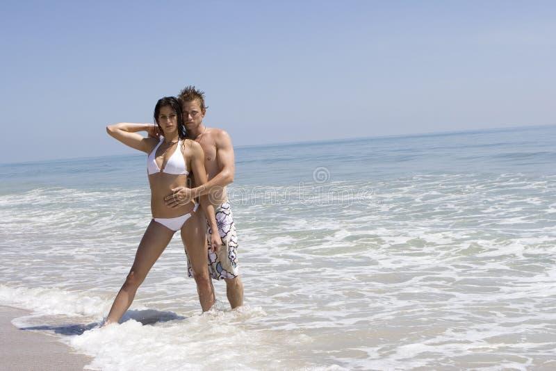 Couples sur une plage photos stock