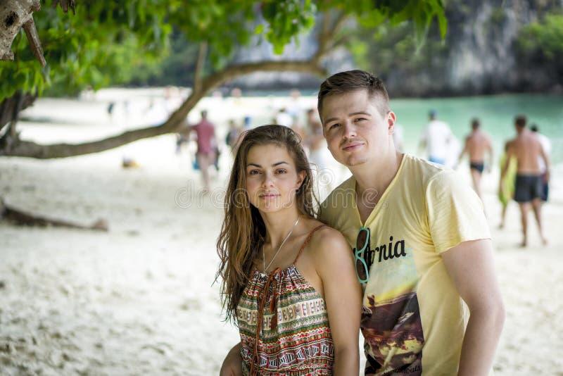 Couples sur une plage tropicale photo stock