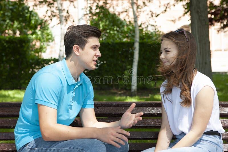 Couples ?t?s en conflit ne parlant pas entre eux assis sur un banc en bois en parc photographie stock libre de droits