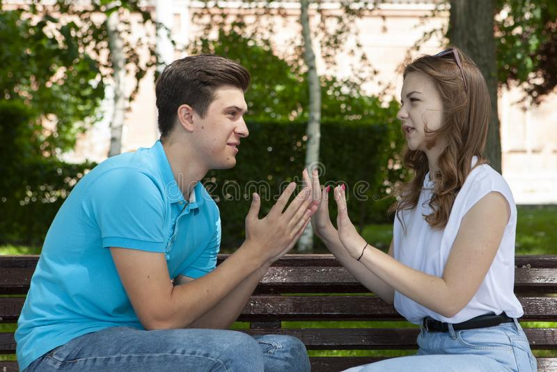 Couples ?t?s en conflit ne parlant pas entre eux assis sur un banc en bois en parc images stock