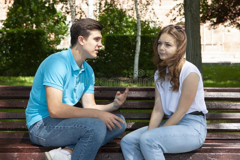 Couples ?t?s en conflit ne parlant pas entre eux assis sur un banc en bois en parc photos stock