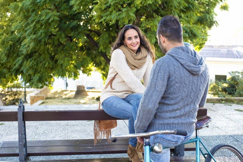 Couples tandis qu'ils parlent image libre de droits