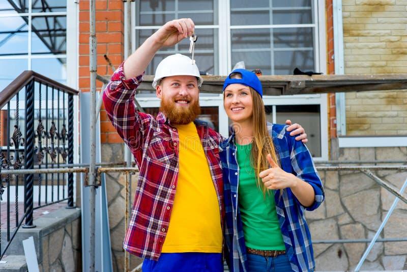 Couples tenant des clés de Chambre photo stock