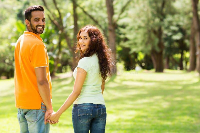 Couples tenant des mains photos stock