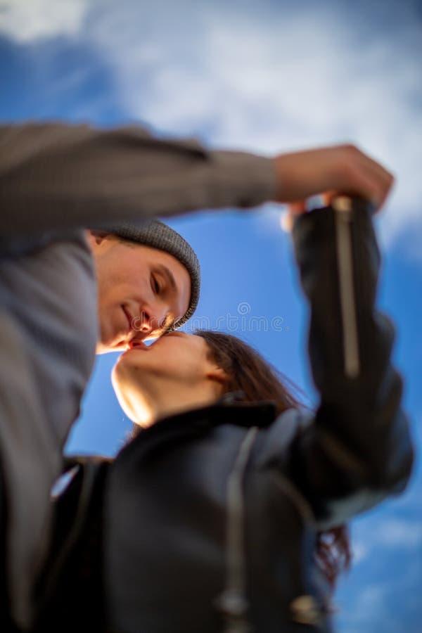 Couples tenant des mains contre le ciel photographie stock