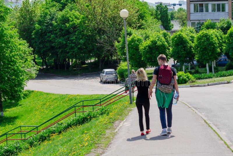Couples tenant des mains marchant loin photo stock