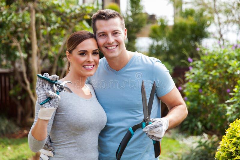Couples tenant des outils de jardinage photographie stock libre de droits