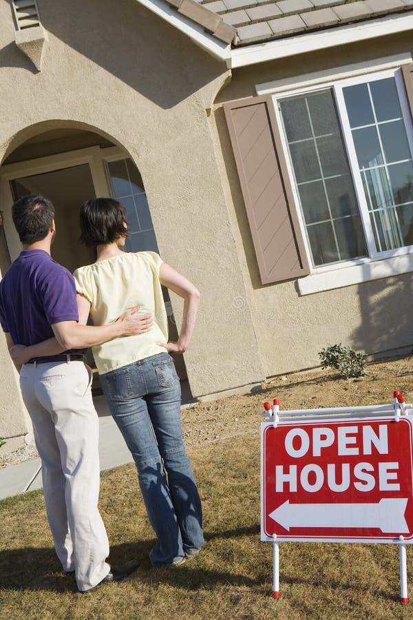 Couples tenant en Front Yard Of une nouvelle maison images libres de droits
