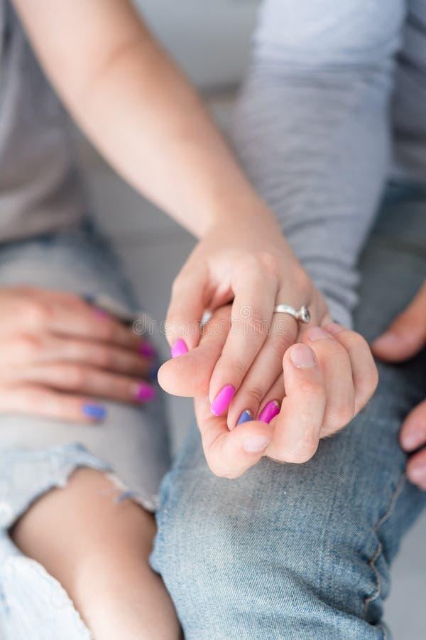 Couples tenant l'engagement de confiance en esclavage d'amour de mains photo libre de droits