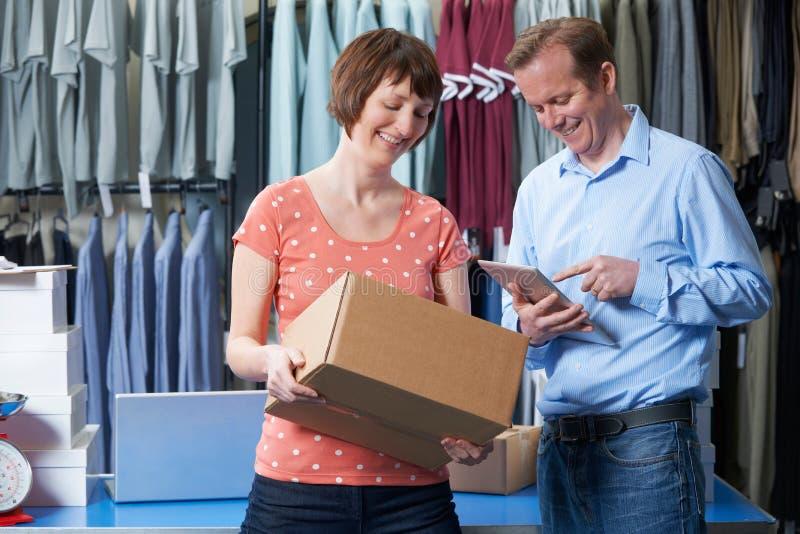 Couples tenant le magasin en ligne d'habillement photographie stock