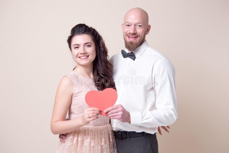Couples tenant les coeurs de papier rouges photos stock