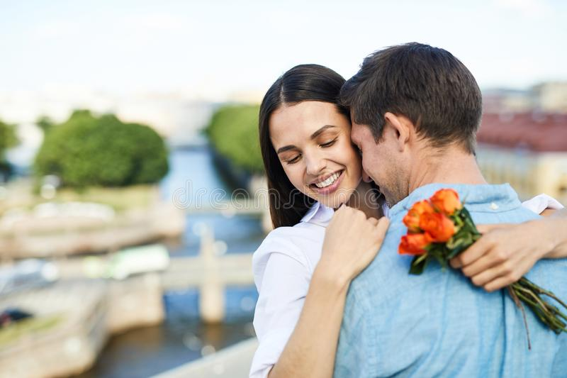 Couples tendres à la date photographie stock