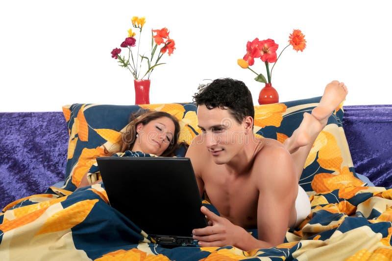 Couples, toilettage de chambre à coucher. photos stock