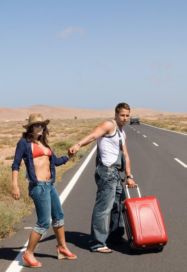 Couples traversant une longue route images libres de droits