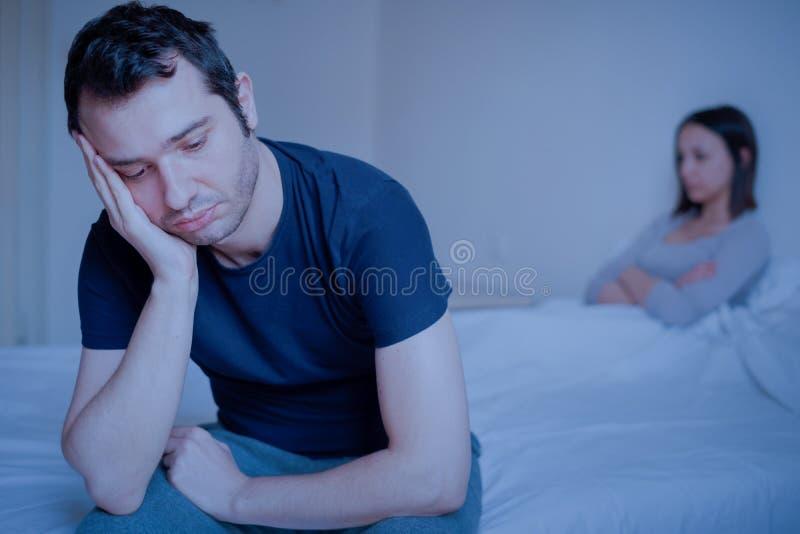 Couples tristes après avoir discuté et se senti fâché photo libre de droits