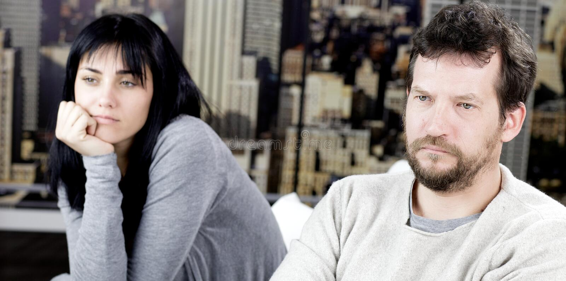 Couples tristes après le combat se sentant triste images stock
