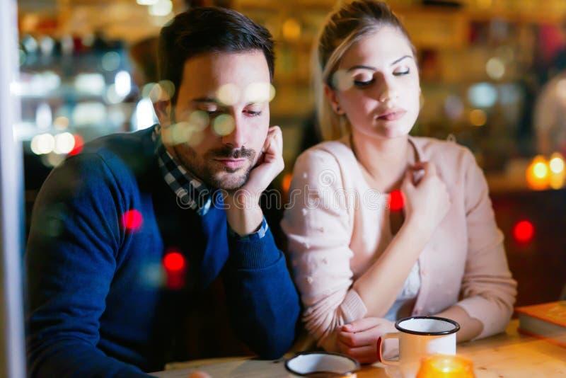 Couples tristes ayant des problèmes de conflit et de relations photographie stock libre de droits