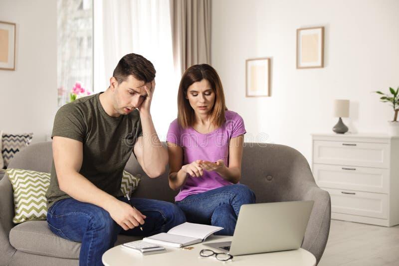 Couples tristes comptant l'argent photographie stock libre de droits