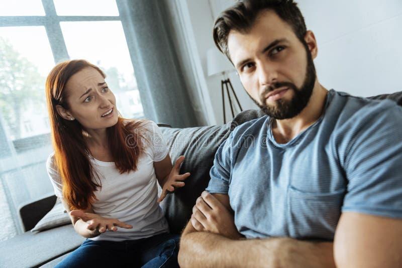 Couples tristes malheureux ayant une conversation photographie stock