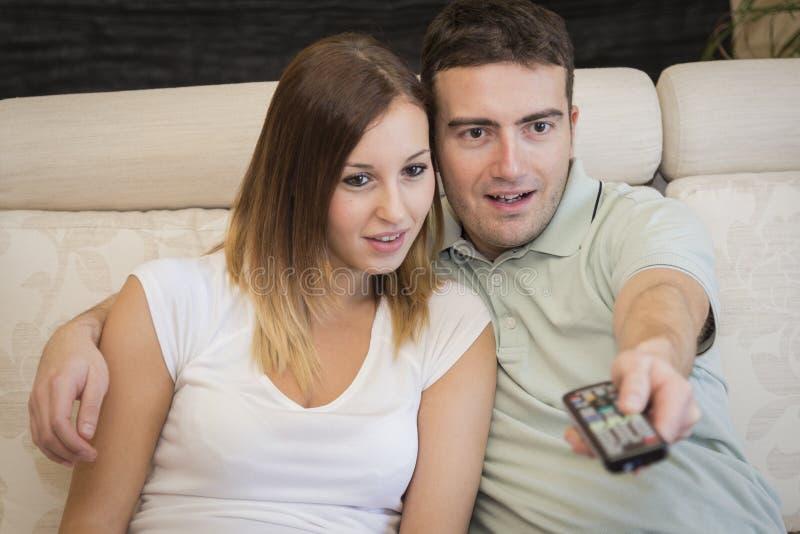 Couples TV de film de thriller photographie stock