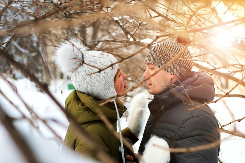 Couples une date pendant l'hiver photo stock