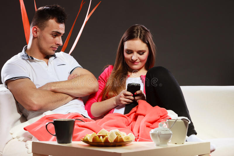 Couples utilisant des message textuels de téléphone portable photos libres de droits