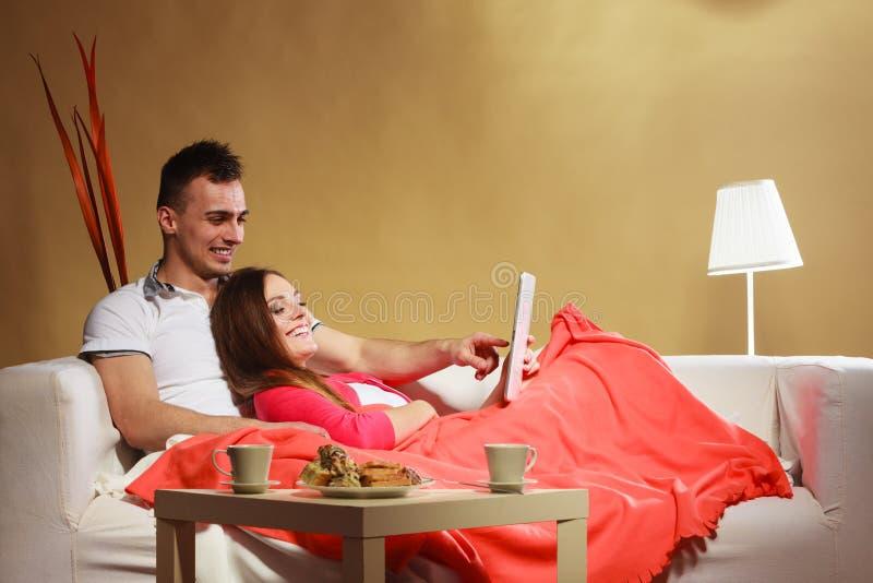Couples utilisant l'Internet de Web de lecture rapide de comprimé photo libre de droits