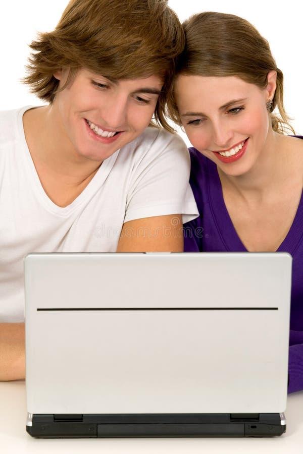 Couples utilisant l'ordinateur portatif photo libre de droits