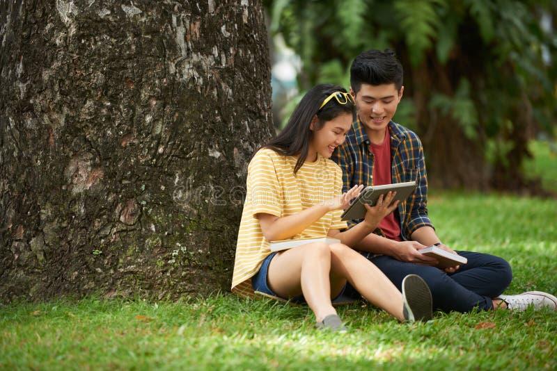 Couples utilisant la tablette digitale photo libre de droits