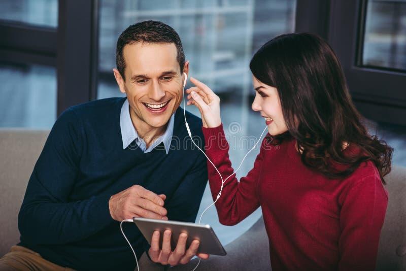 Couples utilisant la tablette digitale photographie stock