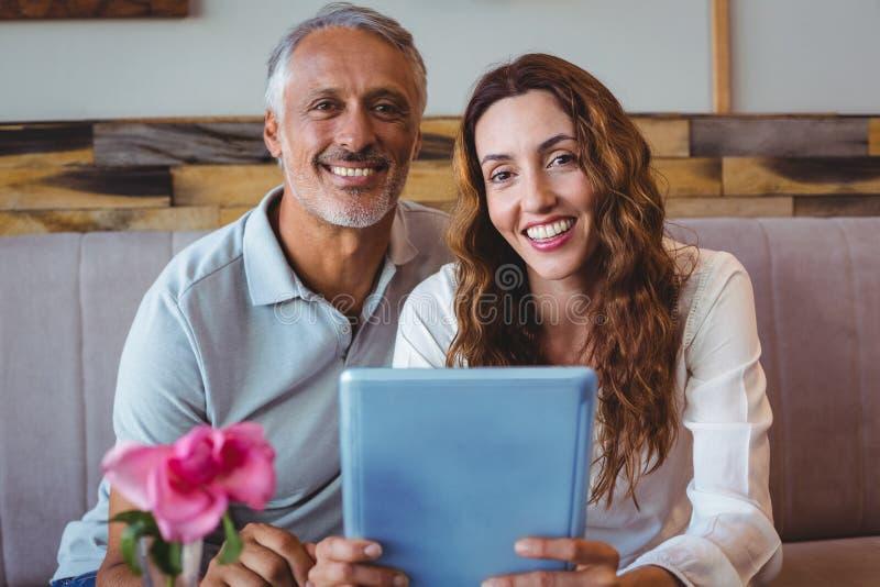 Download Couples Utilisant La Tablette Digitale Photo stock - Image du couples, occasionnel: 56486636