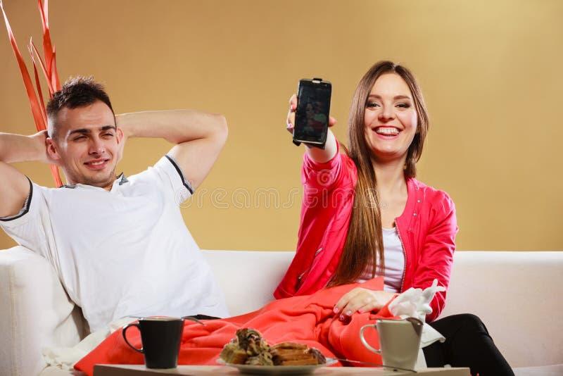 Couples utilisant le téléphone portable Technologie neuve photo stock