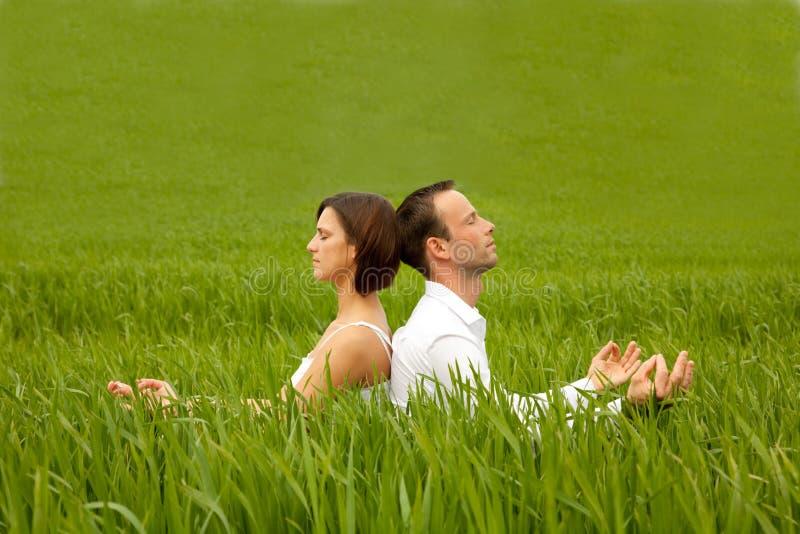 Couples verts de yoga photographie stock