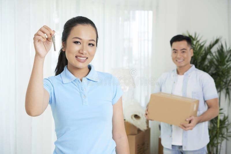 Couples vietnamiens dans le nouvel appartement image libre de droits