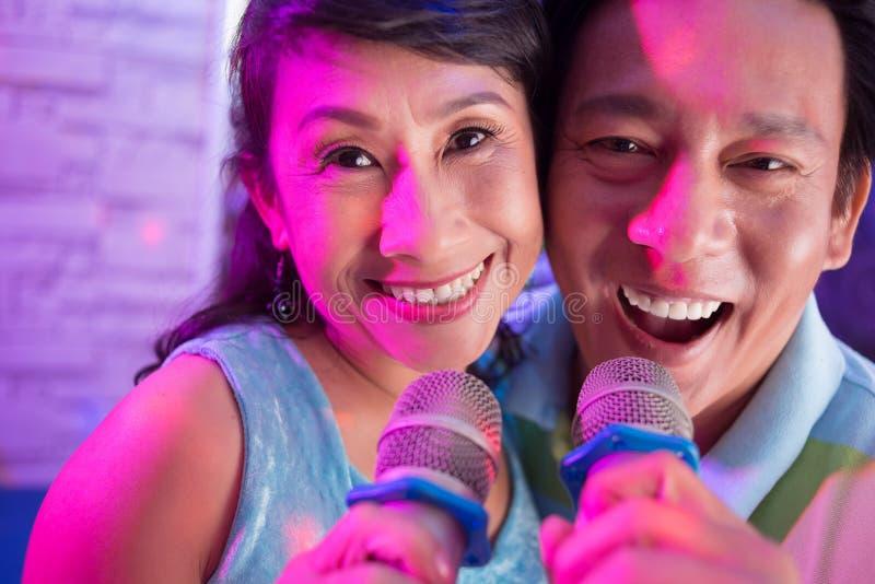 Couples vietnamiens supérieurs photographie stock libre de droits