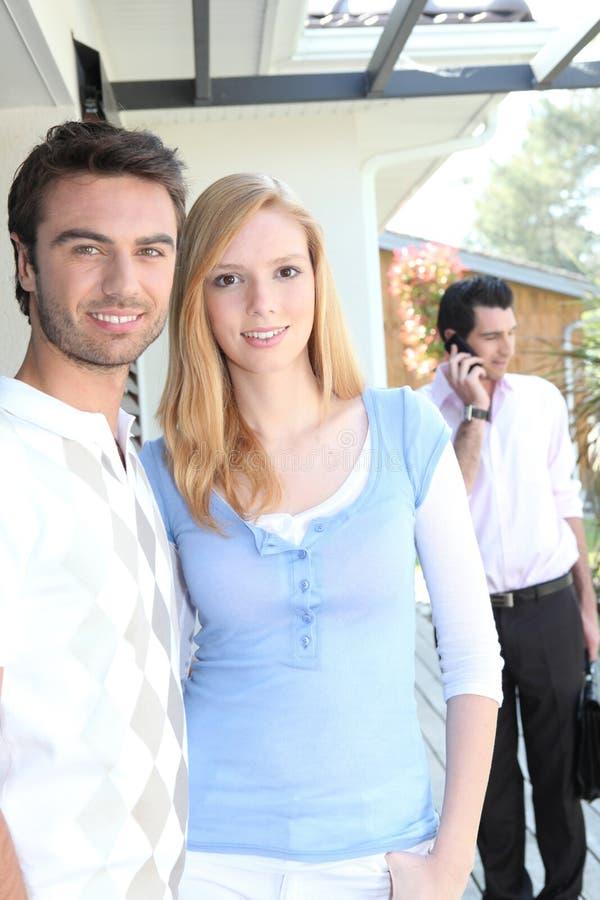 Couples visualisant une maison potentielle image stock