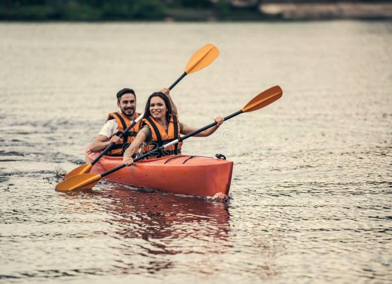 Couples voyageant en kayak photographie stock libre de droits