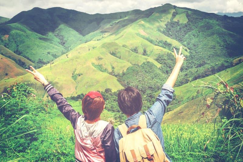 Couples voyageant sur la montagne image stock