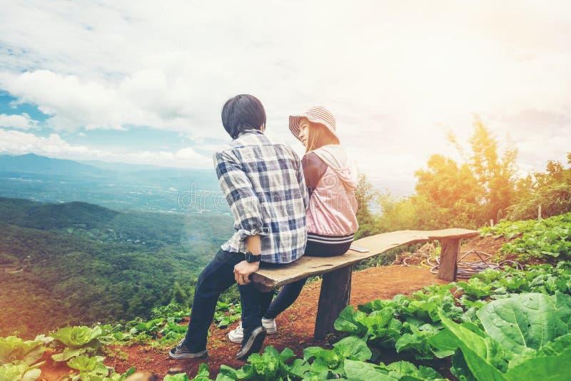 Couples voyageant sur le Mountain View photographie stock